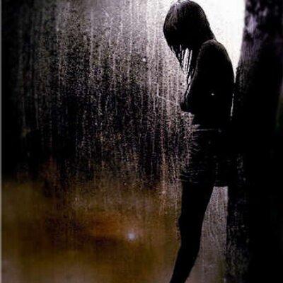 Gambar Orang Menangis Ditengah Hujan