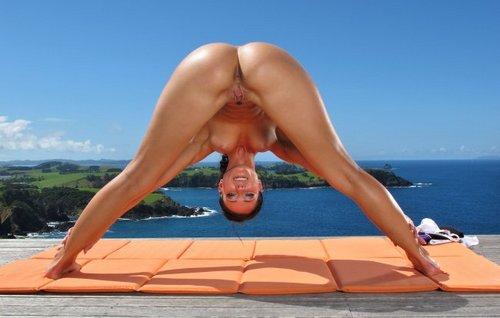 голая девушка с большими проводит зарядку жена страстно развлекаются