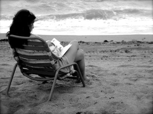 Mujer Leyendo El Libro En Blanco En El Jardín: Öteki Kadın (@TKadn)