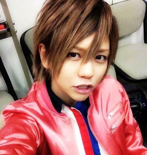 赤いジャケットにアヒル口で自撮りをする風男塾での虎南有香
