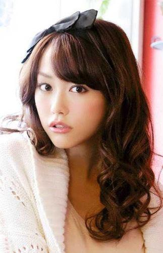 黒いリボンのヘアバンドをつけてお嬢様のような桐谷美玲