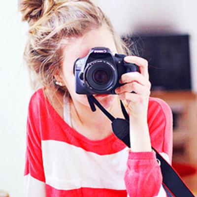 девушка с фотиком перед зеркалом окружают