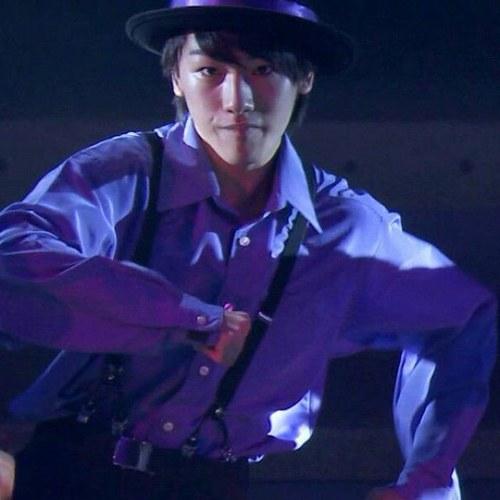 ステージ上でダンス中の藤田裕也。