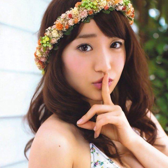 花の冠をかぶって口元に指を立てて可愛い大島優子