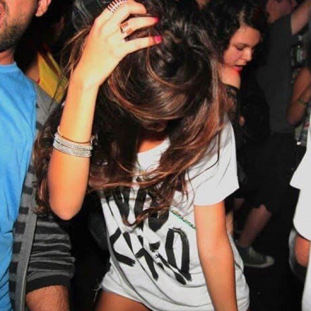 Фото девушек брюнеток в клубе ролики