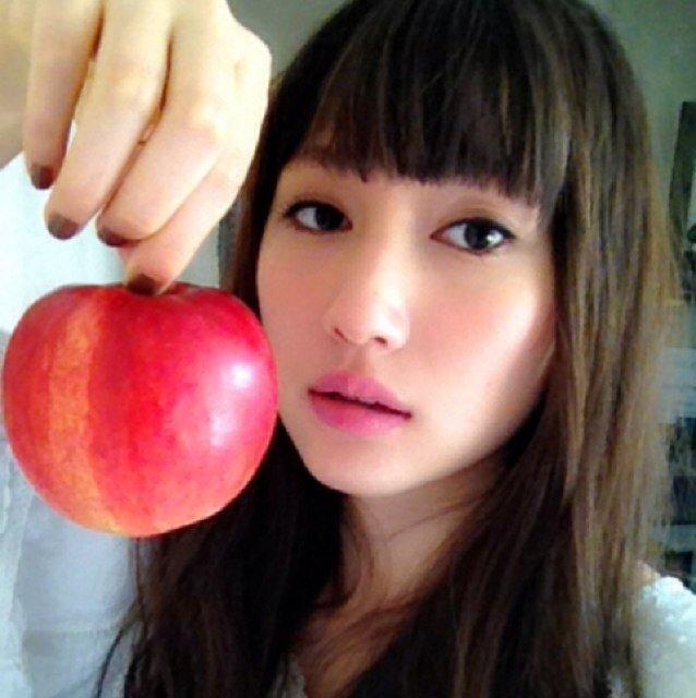リンゴを持つ大野いと