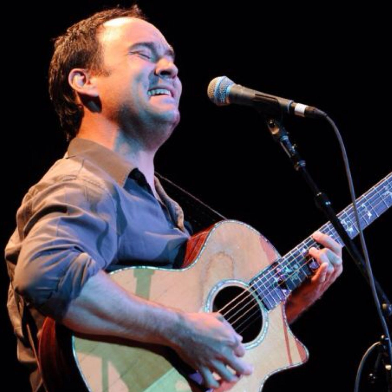 a biography of dave matthews a famous american singer songwriter