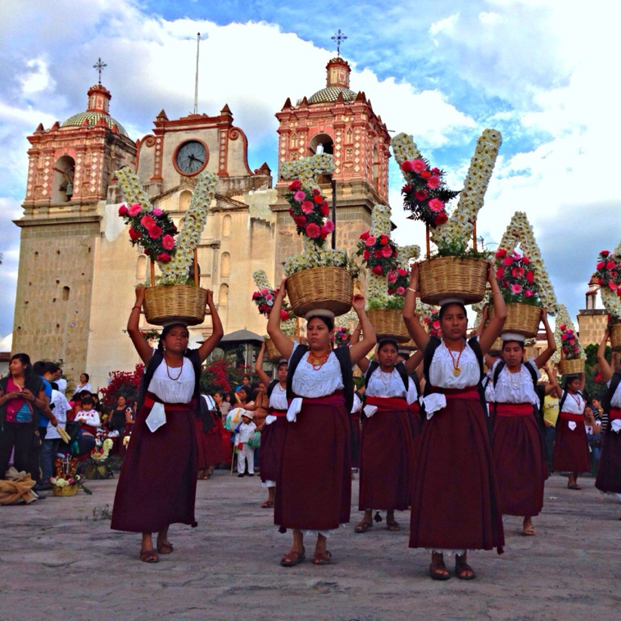 Mujeres bailando en el poblado de Tlacolula de Matamoros