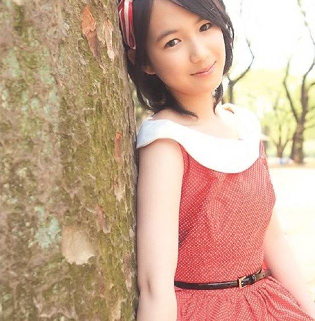 自然の中で木に寄りかかる、宮武美桜。