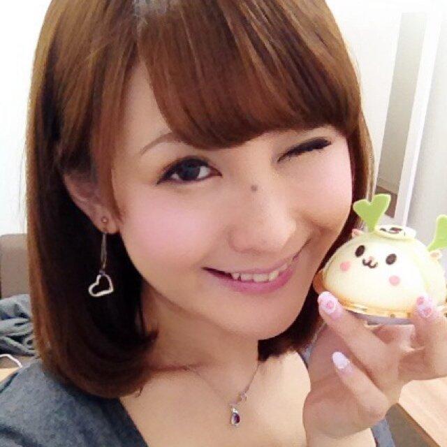 可愛いデザートを手に持ってご機嫌な笑顔の椿姫彩菜