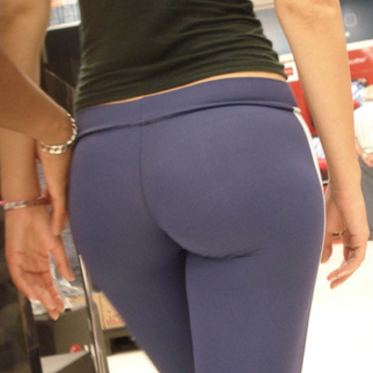 DOLLIE: Twerkin in yoga pants
