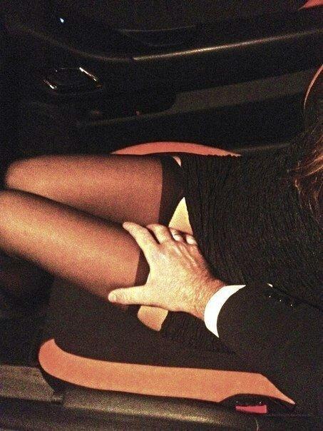 одежды состоял в кино я положил руку ей на коленку центре