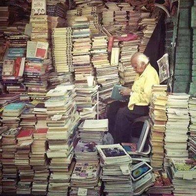 kitap okuyan adam resmi ile ilgili görsel sonucu