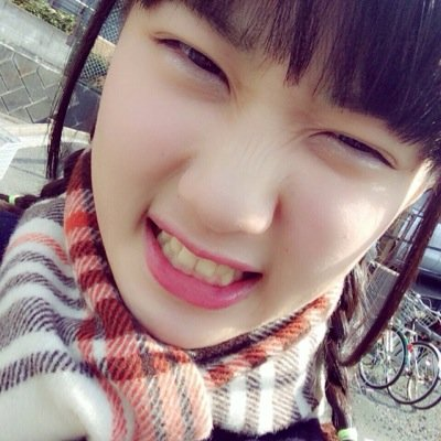 クシャっとした表情の伊藤純奈