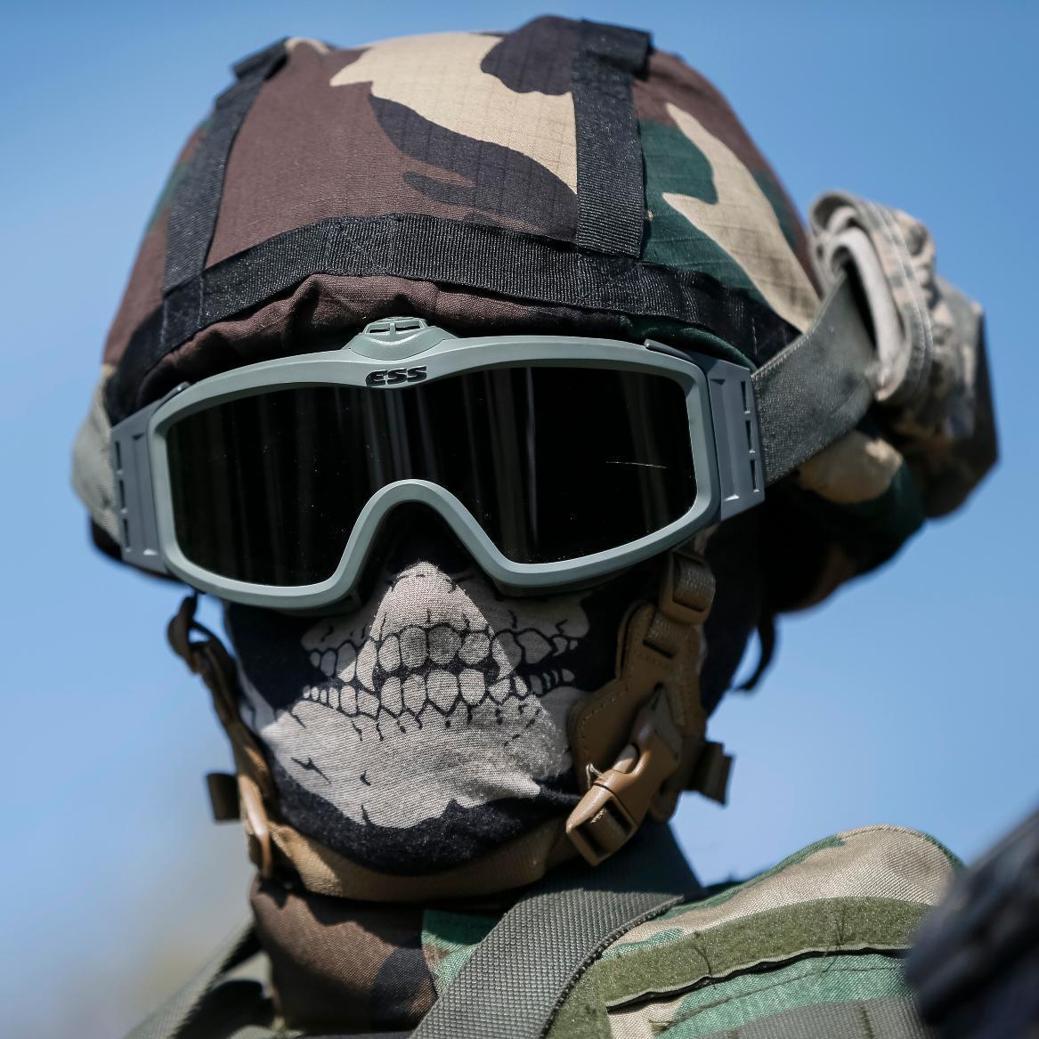 нужно есть фото бойцов спецназа в маске и очках роликах
