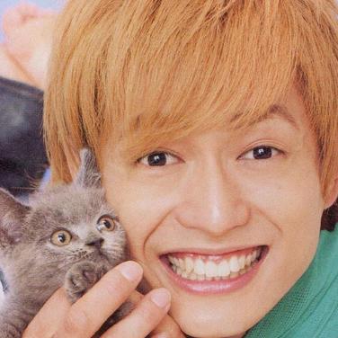 猫と写る塚田僚一