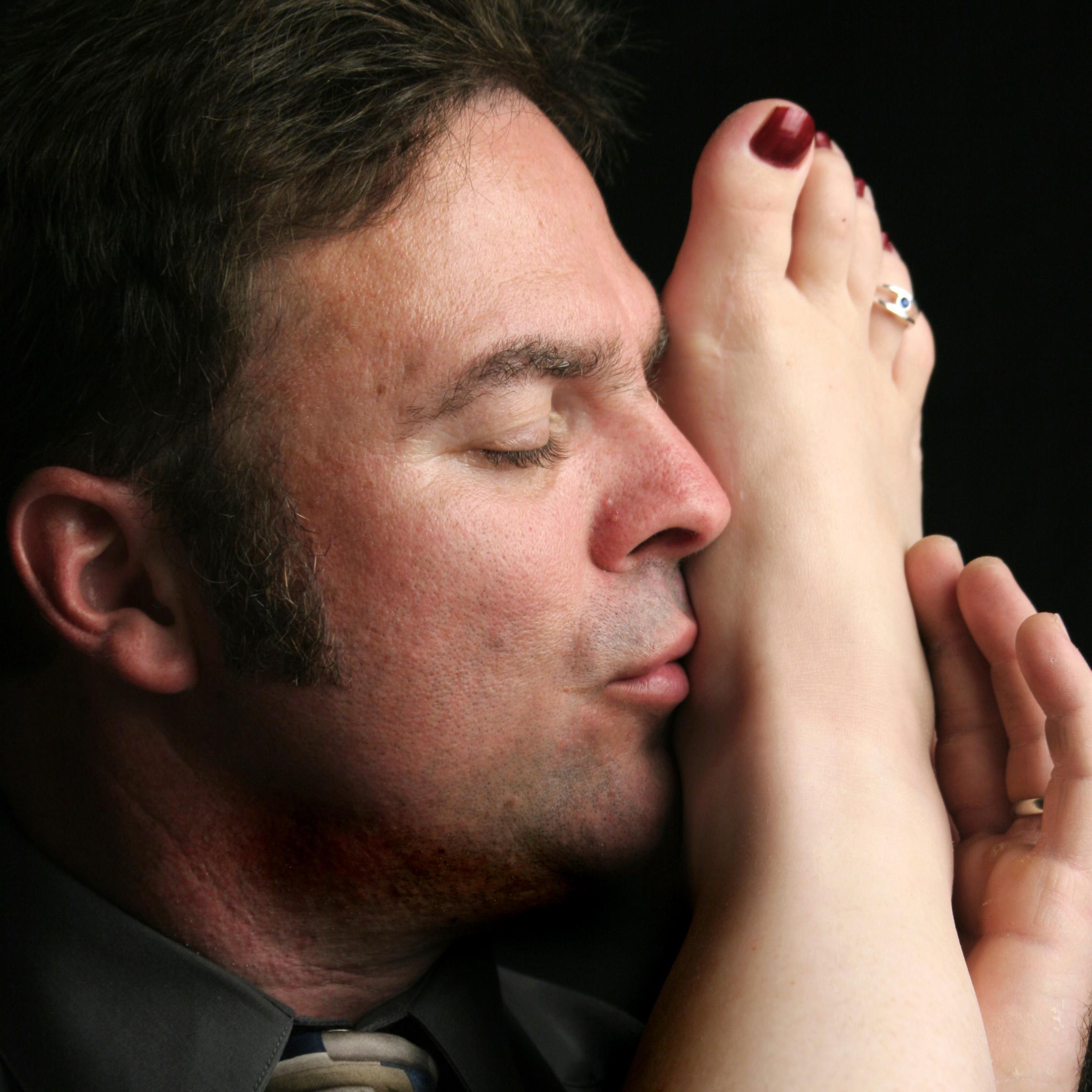Парень целует мои ноги когда стали