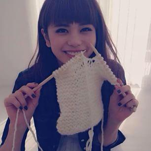 編み物をする佐藤晴美