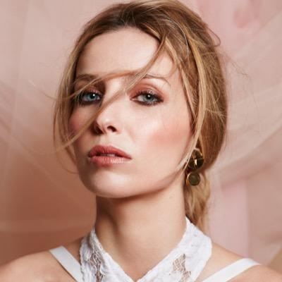 Photo of Annabelle Wallis and her 2018 dressy make up style, products & tips