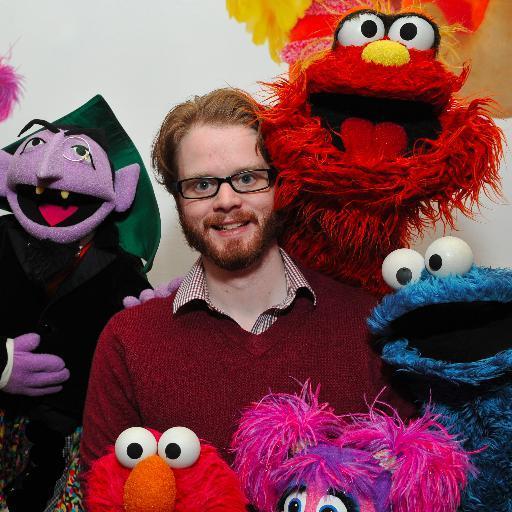 Myles McNutt (l'auteur) entouré de marionnettes du Muppets Show (photo issue de son twitter)