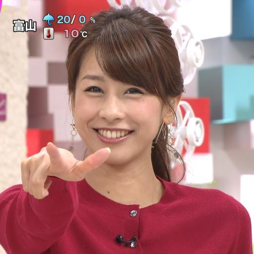 笑顔で指差しをする加藤綾子