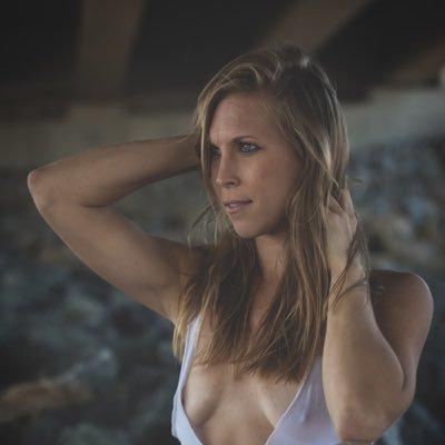 Lüsternen Blondine mit tätowierten arsch Loren Blaine fickt Ihren freund auf POV-cam