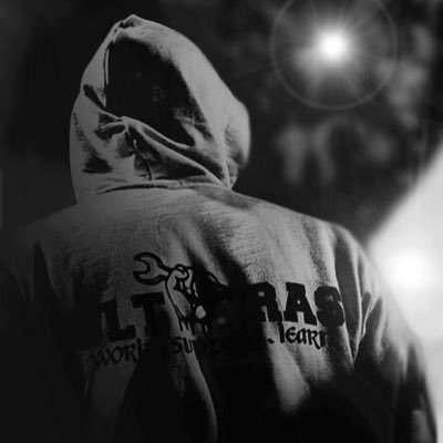 柏のメディカルスタッフが輪湖の治療をしている場面 そこに現れたのは松本山雅のメディカルスタッフ 敵味方関係なく1人の選手を治療するシーンはJリーグが世界に誇る素晴らしい光景 http://t.co/dVsUqZWxrh