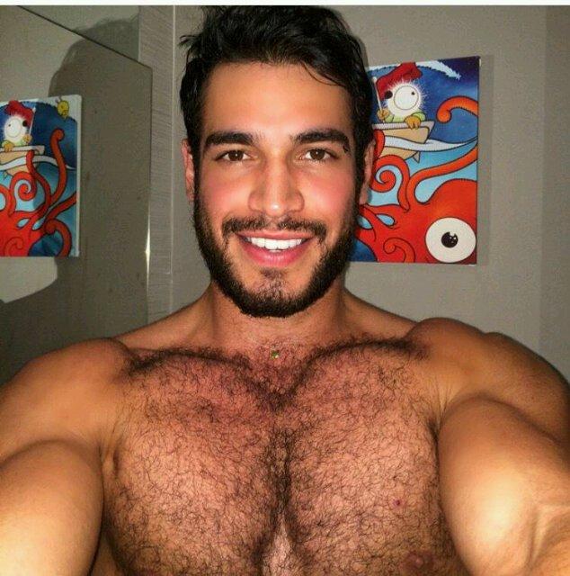 Hombre peludo musculoso desnudo