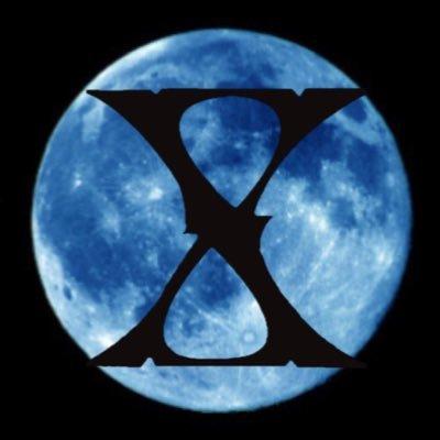 青い満月の中に黒字のXが入っているX JAPANのロゴの画像