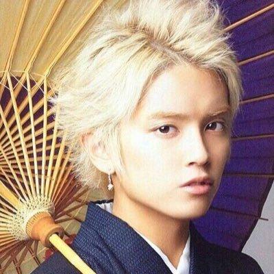 着物を着て和傘をさしている手越祐也の髪型の画像