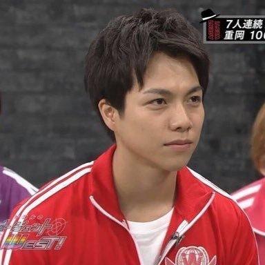 赤いジャージ姿で真剣な顔で見つめる重岡大毅