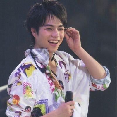コンサートで笑顔でファンに答えるアイドルの重岡大毅