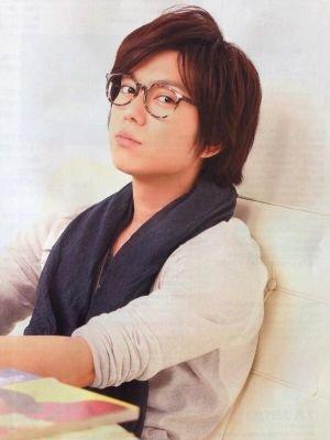 眼鏡姿の加藤シゲアキ