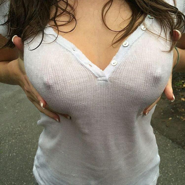 Сексуальные соски через майку