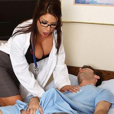 Врач пристает к своей пациентке, короткометражное порно с переводом