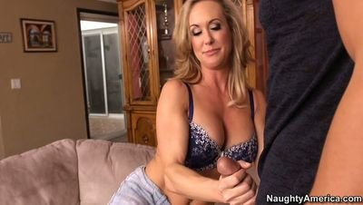 Women flashing her pussy