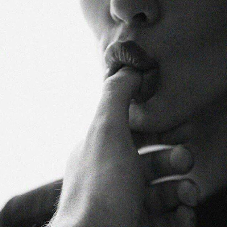 Секс трахаются девушка сует палец мужику