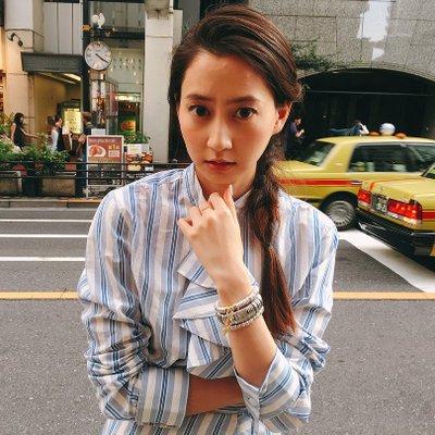 ストライプのシャツワンピを着た河北麻友子