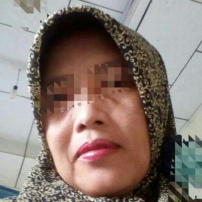 Nenek Jilbab Nyepong