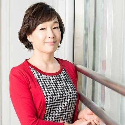 千鳥柄のシャツに赤いカーディガンを着ているキムラ緑子の画像