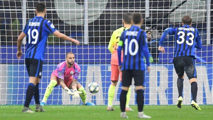 Manchester City no pudo asegurar su clasificación a los octavos de final de la Liga de Campeones al igualar 1-1 en su visita a Atalanta (Video) Ls6nhI3Y?format=jpg&name=small