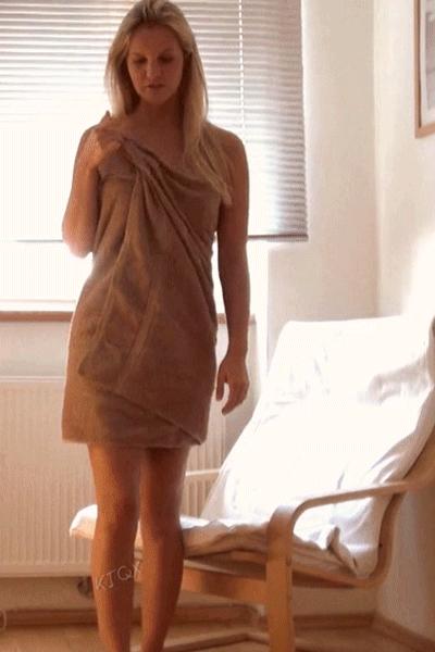 случайно упало полотенце эротика врач