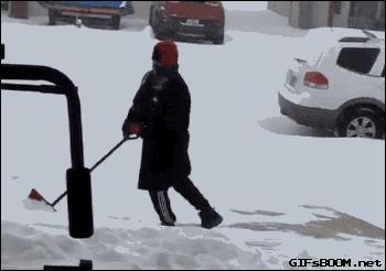 大雪が続くアメリカで、「9秒間滑り続ける男」が話題になっている。  これ、やろうと思ってもなかなかできるもんじゃない。  この映像は24時間で2600万視聴を獲得。  申しわけないけど、笑ってしまうわ 😄
