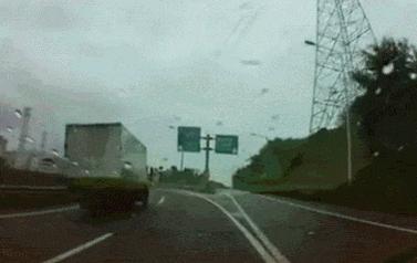 車乗らない人は特にですが、何がどーなってるのか解らない人が多いようなので解説。 トラックの運ちゃんが先に前方の事故車発見、死角に入って見えないで加速してる事に気付き幅寄せして減速させてるの。 とっさにできる自信ないわ。