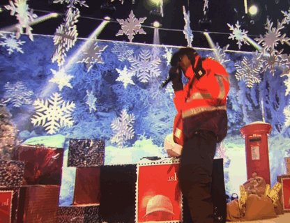 Skepta dressed as a Christmas postie. Amazing. #TOTP https://t.co/fkeZ6Xycks