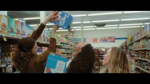 ママはブチ切れ寸前!?最高の憂さ晴らしは... スーパーで大暴れ🍻  「ハングオーバー!」の脚本家が全世界のママたちに捧げる #ネトフリ オリジナル映画『バッド・ママ』配信中!