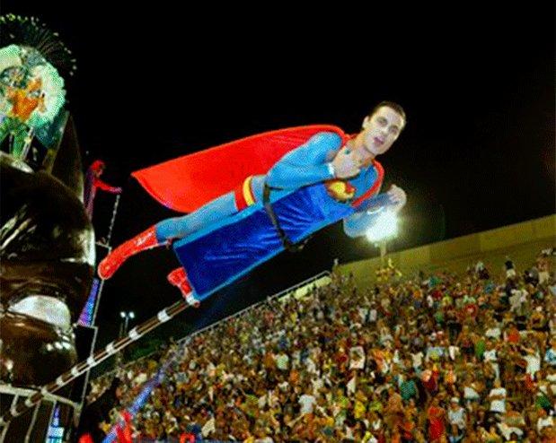 Com pintura de Superman, Paulo Dalagnoli 'voa' em desfile da Viradouro...