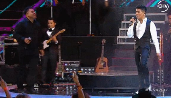 ¡FIESTA TOTAL! Américo se despide del escenario de #vina2017 tras una...