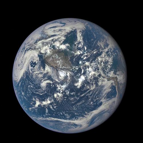 DSCOVRが撮影した映像。 月が大きい! と思いでしょうが、この映像は150万km 先から地球を撮影しております。 月はその約36万km 手前を横切っています。 http://t.co/FHOghX0woA http://t.co/qcD0eaVIa2
