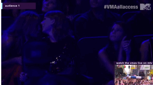 Selena durante a performance de Demi!